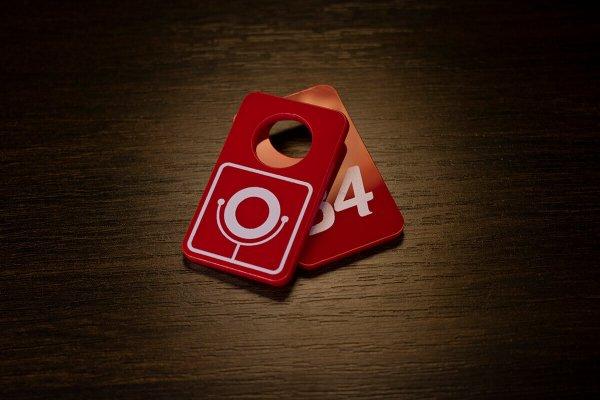 Номерок из красного оргстекла с УФ печатью