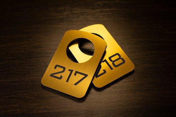 Гардеробный номерок на двухслойном золотом пластике с гравировкой
