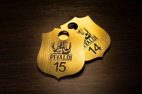 Номерок из пластика цвета золото с гравировкой
